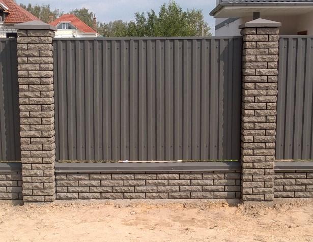 комбинированный металлический забор из кирпичных столбов